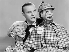 Edgar Bergen with his ventriloquist's dummies Mortimer Snerd (left) and Charlie McCarthy in Charlie McCarthy, Detective directed by Frank Tuttle. Shari Lewis, Charlie Mccarthy, Ventriloquist Dummy, Old Time Radio, Vintage Tv, Movie Photo, Geek Culture, Comedians, Look Alike