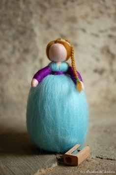 Delicata bambolina in lana fiaba unica nel suo genere, realizzata interamente a mano con cura e amore secondo i principi della pedagogia Lana, Waldorf Crafts, Felt Fairy, Genere, Bambi, Felting, Nursery, Etsy Shop, Group