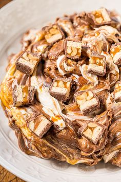 Snickers Dip - Melted chocolate caramel peanuts & chopped Snickers in a creamy decadent dip! Easy and ready in 10 minutes! Dessert Dips, Dessert Recipes, Delicious Desserts, Snickers Dip, Dip Recipes, Cooking Recipes, Easy Recipes, Salsa Dulce, Sauces
