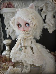 """dollsociety: """" White cat - custom blythe by Milk Tea """""""