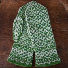 Ravelry: Shamrock Mittens pattern by Mary Ann Stephens Mittens Pattern, Knit Mittens, Knitted Gloves, Knitting Socks, Hand Knitting, Knitting Stitches, Knitting Designs, Knitting Patterns, Fair Isle Knitting