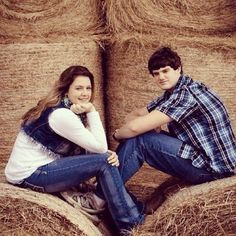 Brother and sister photo ideas Older Sibling Poses, Sister Poses, Teen Poses, Sibling Photos, Family Photos, Siblings, Family Portraits, Farm Photography, Sibling Photography