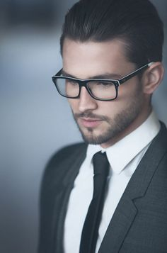 Men Wearing Glasses Ideas - It is safe to say that you are a man who needs to wear glasses? Do you really stress over the way that they look on you? Style Gentleman, Gentleman Mode, Mode Man, Moda Formal, Wearing Glasses, Hommes Sexy, Men's Grooming, Suit And Tie, Men Looks