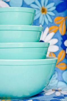 Amazing vintage Pyrex mixing bowl set in Turquoise #vintage, #pyrex, #turquoise