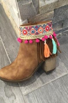 Variety of barefoot shoes, adept for trek sprinting. Bohemian Boots, Hippie Boots, Gypsy Boots, Boho Shoes, Diy Fashion, Fashion Shoes, Mode Country, Boot Jewelry, Pom Poms