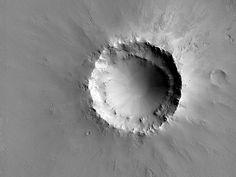 Cráter exponiendo sedimentos estratificados