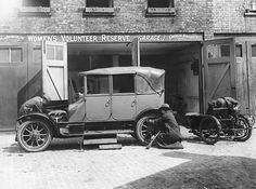 Credit: Hulton Archive/Getty Images A woman mechanic repairing a car at a Women's Volunteer Reserve garage. Woman Mechanic, Us History, American History, Photos Of Women, World War I, Wwi, The Guardian, Historical Photos, Retro