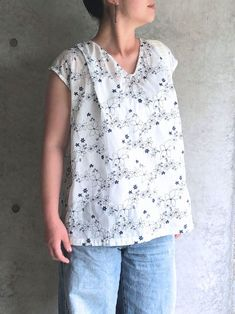 Size: Back length Body width Featuring the salt shrunk cotton lawn fabric from the surfing waffle series, this blouse, with a refreshing look and feel Cotton Lawn Fabric, Sewing Blouses, Baby Girl Tops, Dress Making Patterns, Summer Blouses, Straight Stitch, Simple Dresses, Easy Dress, Navy Color