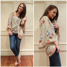 kimono con bordados de lentejuelas es de HOSS INTROPIA