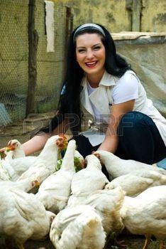 geflügel: Lachende Frau Fütterung großen Bauernhof Hühner und Spaß