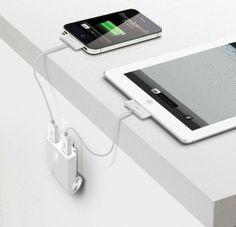 Minimal aufgeräumt: Zwei USB-Ports an der Wand, sorgen für das gleichzeitige Laden deiner iOS Geräte. Hier entdecken und kaufen: http://sturbock.me/QrQ