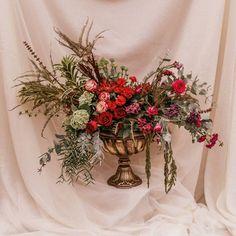"""86 curtidas, 1 comentários - As Floristas por Carol Piegel (@asfloristas) no Instagram: """"Esse é o meu design! ⠀⠀⠀⠀⠀⠀⠀⠀⠀ Quem é meu cliente me conhece, e sabe que eu não prometo tipos de…"""" Christmas Wreaths, 1, Table Decorations, Holiday Decor, Floral, Design, Furniture, Instagram, Home Decor"""