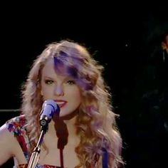 Taylor Swift Singing, Taylor Swift Cute, Taylor Swift Music Videos, Estilo Taylor Swift, Selena And Taylor, Taylor Swift Fearless, Taylor Swift Album, Taylor Swift Videos, Live Taylor