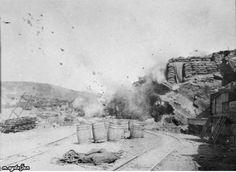 Çanakkale savaşları. Türk topcusunun attıgı top mermisi Sedd'ül bahr bölgesindeki anzak yığınağına isabet ediyor