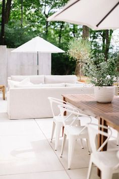 When you plan to invest in patio furniture you want to find some that speaks to you and that will last for awhile. Although teak patio furniture may be expensive its innate weather resistant qualit… Living Pool, Outdoor Living Areas, Outdoor Rooms, Outdoor Decor, Outdoor Seating, Outdoor Dining, Small Living, Dining Area, Dining Chairs