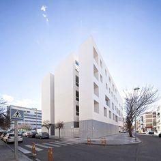 코르바 대학내 '바이알-노트 빌딩'의 그 특유한 파사드는 환경과 건축, 내부 프로그램과 건축, 도시와 건축의 새로운 관계정립을 위해 시작된다. 이러한 관계성은 먼저 글래스와 콘크리트, 두가지 재료의 극적인 대비를 통한 패러독스 디자인을 형성하며 장중하지만 가벼워 보이는 북측 파사드의 독특한 시퀀스를 연출 시킨다. 자연채광의 적극적인 유입과 직사광의 유입을 방지를 목적으로 하는 더블스킨은 내외부의 관계에 따..