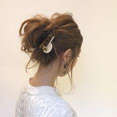 三角クリップやマジェステなどのヘアアクセサリー、「買ってはみたけど、どう使うの?」と思っている人も多いはず。 そこで、初夏にぴったりな大人女子向けの簡単ヘアアクセ使いをご紹介します。