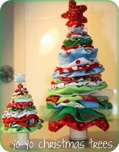 Christmas trees made out of yo-yos... keep this in mind when I have scraps of Christmas fabric large enough for the yo-yo maker!