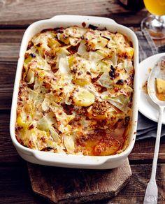 Der rheinische Eintopf stand Pate für den Auflauf aus Weißkohl, Hack und Kartoffeln. Speck-Béchamel verbindet die Schichten.