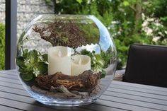 Dekorierte Glaskugel (D=40cm) mit Deko-Holz, Echtwachs-LED-Kerzen und Deko-Blüte.