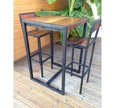 Ensemble comprenant 2 tabourets et une table haute Factory. Mange-debout industriel avec plateau en bois recyclé patiné et structure en acier noir.