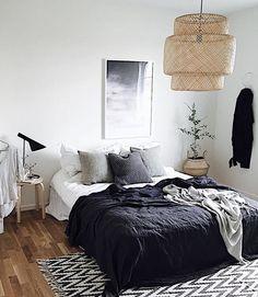 Guest bed with that large floral wallpaper. Korgen med blomman, vill också ha i sovrummet