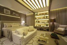Quarto do casal clássico. A arquiteta Viviane Loyola desenvolveu o projeto para um casal conservador, que não abre mão do conforto. O dormitório integra o espaço para a cama e uma área de estar com sofá e poltrona para leitura.