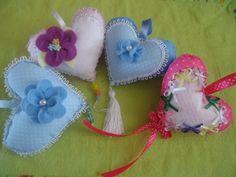 Lindos corações feitos á mão, tecido,feltro,fita, pode faxer chaveiro ou pendurar na porta do quarto R$ 10,00