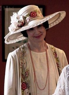 **Cora, Countess of Grantham** Downton Abbey: Lady Edith's coat was first used 40 years ago in Father . Downton Abbey Costumes, Downton Abbey Fashion, Matthew Crawley, Recycled Costumes, Moda Retro, Lady Mary, Mode Boho, Hats For Women, Favorite Tv Shows