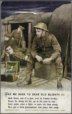Ansichtkaart uit WOI. Overal muziek, dus ook in de loopgraven. De 'trench gramophone' is een robuuste, draagbare platenspeler die speciaal werd ingezet om het moraal van soldaten hoog te houden. Ansichtkaart, 1914-1918, Privécollectie.