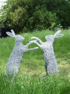 Wire boxing hares at Chelsea Flower Show 2013 Chicken Wire Art, Chicken Wire Sculpture, Chicken Wire Crafts, Book Sculpture, Garden Sculpture, Wire Sculptures, Abstract Sculpture, Bronze Sculpture, Fantasy Wire