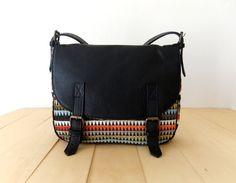 Diese Messengerbag ist aus echtem Leder in schwarz und gestreift Velour in verschiedenen Farben hergestellt. Es hat Leder Verschlüsse mit versteckten