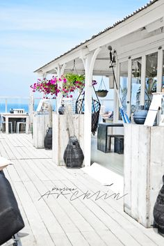 5 Elegant White Beach House Design Ideas For Life Better Elegant White Beach House Ideas 08 Beach House Style, Seaside Style, Beach House Decor, Coastal Style, Beach Cottage Style, Coastal Cottage, Coastal Homes, Coastal Decor, Beach Homes