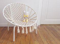 Petite chaise en macramé terminée ! Merci pour tous vos jolis mots sur la photo précédente. J'espère que le résultat vous plaît. // I just finished this handmade macrame chair for kids. Hope you will like it !