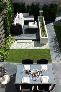 Een strakke, moderne tuin voorzien van verschillende materialen. Wat denken jullie; is dit kunstgras of natuurlijk gras?