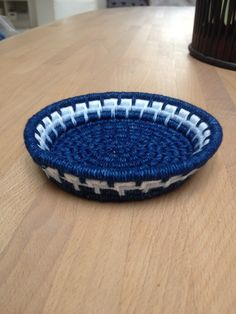 Løbbundet skål, lukket løb. Sjæl af papir, bevikling af bomuld. Rope Basket, Basket Weaving, Rope Crafts, Diy And Crafts, Pine Needle Baskets, Rope Art, Fabric Bowls, Pine Needles, Bomuld