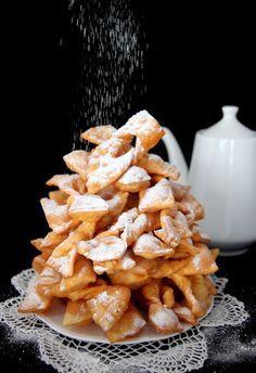 Faworki, które zawsze się udają. Są kruche, delikatne i robi się je bardzo szybko, a jeszcze szybciej zjada :) Co tu dużo pisać do roboty! Baking Recipes, Cookie Recipes, Dessert Recipes, Delicious Desserts, Yummy Food, Low Carb Side Dishes, Beignets, Sweet Recipes, Biscuits