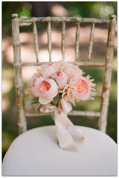 Un color precioso para principios del verano es el coral en su tono pastel o más intenso. Puedes combinarlo con tu maquillaje en esos mismos tonos. ¡Aportarás mucha frescura a tu rostro! Encuentra ramos de novia con peonías originales y sencillos aquí.