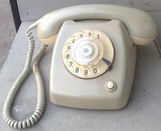 Telefoon met draaischijf. Als je een nummer met veel negens moest draaien, duurde het eindeloos...