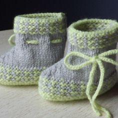 Chaussons en tricot gris et anis 0/1 mois