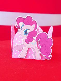 Forminhas 3d com o tema My Litlle Pony <br> <br>Personalizamos conforme a sua necessidade <br>Pedido mínimo: 50 <br>Não acompanha as balinhas!! <br> <br>O prazo de entrega é de 20 dias após aprovação por e-mail + o prazo dos correios