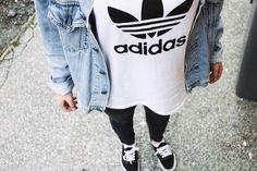 denim jacket, adidas tee, leggings, and vans kinda reminds me of Louis Cute Fashion, Teen Fashion, Winter Fashion, Womens Fashion, Sport Fashion, Adidas Tumblr, Look Adidas, Grunge, Look T Shirt
