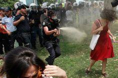 Lady in red. La mujer indefensa atacada con gas lacrimógeno se convirtió en un símbolo de las protestas en Turquía.  Foto:Reuters / La nacion.com