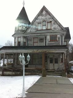 Old abandoned house....how cool would it be to renovate this!!