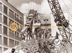 """Escombros de lo que fuera horas antes el edificio San José de Altamira, edificio recordado por el número de victimas que perecieron bajo los restos de la estructura durante el terremoto. Caracas, 01-08-1967 (FRANCISCO EDMUNDO """"GORDO"""" PÉREZ / ARCHIVO EL NACIONAL)"""