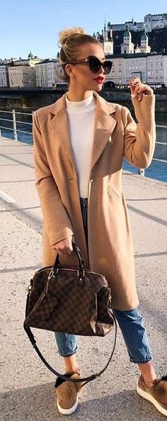 #spring #outfits  brown coat holding bag. Pic by @streetstyles_world