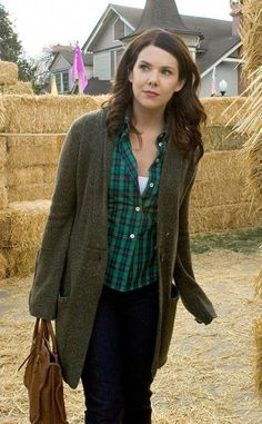 If you're out on the road feeling lonely and unfashionable just re-watch Gilmore Girls on Netflix and look at Lorelai Gilmore's outfits for some 2016 reboot inspiration. Yes, the the Gilmore Girls are known for their notoriously bad fashion even in… Gilmore Girls Lorelai, Watch Gilmore Girls, Gilmore Girls Quotes, Gilmore Girls Characters, Gilmore Girls Fashion, Looks Style, My Style, Glimore Girls, Lauren Graham