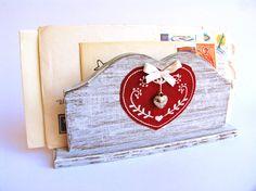 porta lettere/tovaglioli in legno con applicazione in stoffa ricamata e pendente