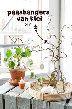 Paasdecoratie knutselen is zooo leuk om te doen! Deze hangers maak je van klei, het zijn eivormige paasornamenten voor in de paasboom / paastak. Easter Tree, Hangers, Trees, Plants, Home Decor, Homemade Home Decor, Hanger Hooks, Coat Hanger, Flora