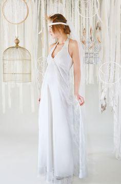 mona berg Kollektion 2017,Frieda.Dieses Brautkleid, das im Vintage-Stil gehalten ist, wurde aus feinster Raschelspitze gearbeitet. Das Dekolleté wird als Neckholder-Linie eingerahmt.